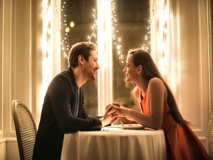 pareja cena romantica