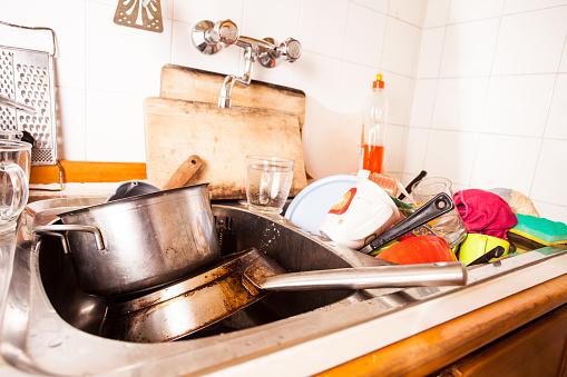 C mo lavar los trastes salud180 for Trastes de cocina