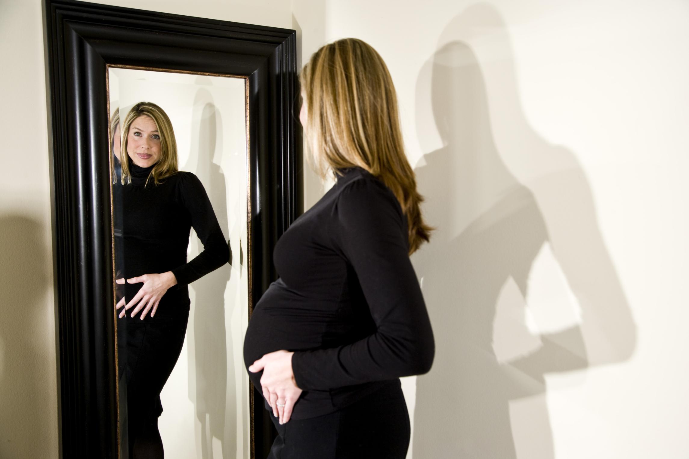 Embarazada frente al espejo salud180 for Espejo que hace fotos
