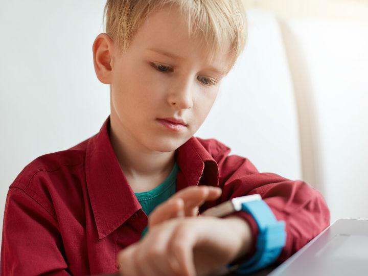 Alertan riesgos de relojes inteligentes para niños