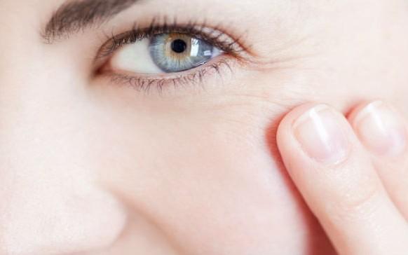 Este hábito nocturno provoca más arrugas que ningún otro…