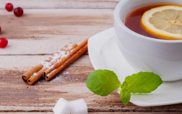 Bebida de té verde, canela y jengibre para bajar de peso