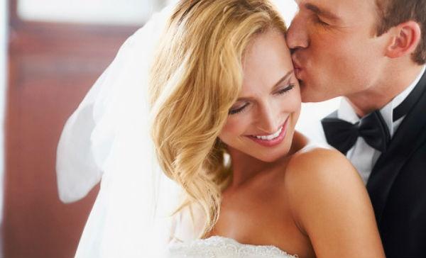 Parejas que gastan menos en su boda son más felices
