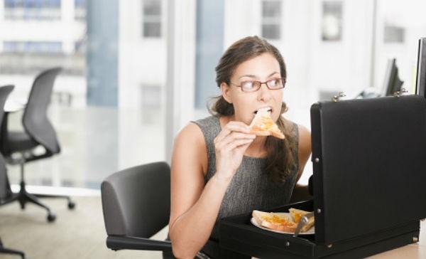 7 alimentos que nunca debes comer en la oficina fotos for Comida oficina