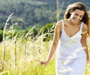 Beneficios de caminar descalzos en el pasto
