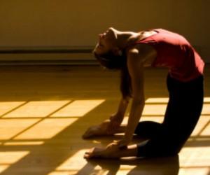 "6 posturas de yoga para evitar la ""joroba"""