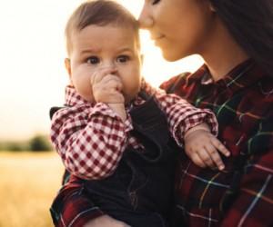 Por esta razón debes cargar a tu bebé (te encantará y es real)