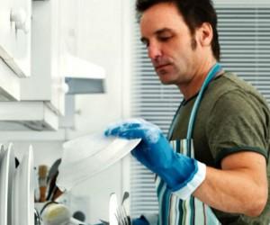 Hombres que limpian la cocina tienen más sexo