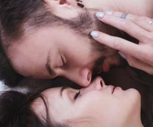 ¿Tu pareja no te besa al tener sexo? Esta es la posible razón...