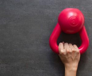 Ejercicios con pesas de bola más efectivos para tonificar