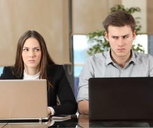 Señales de que tu pareja siente celos profesionales hacia ti