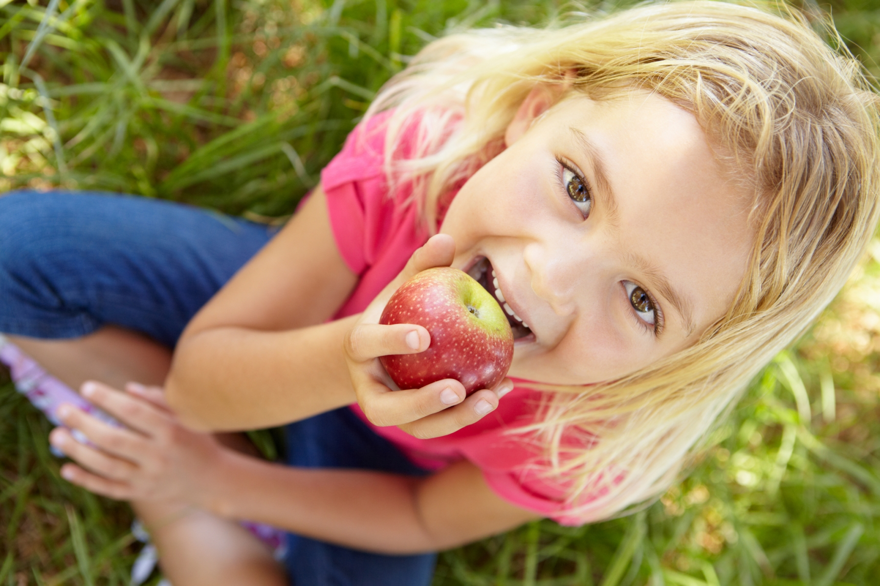 Фото дети кушают яблоки