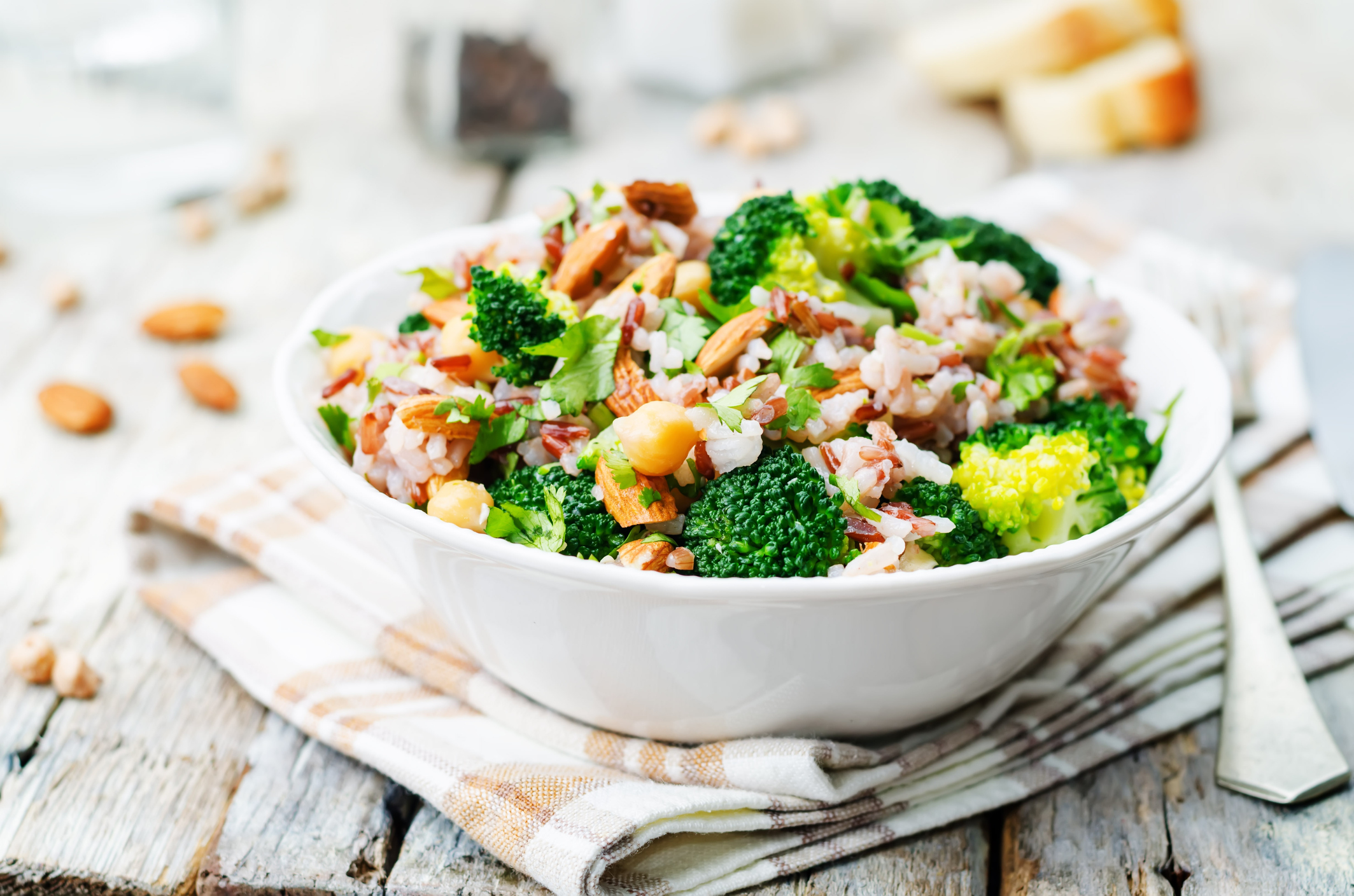 Un bowl de quinoa con garbanzos no sólo te hará sentir satisfecha, sino que también te aportan una gran cantidad de nutrientes.