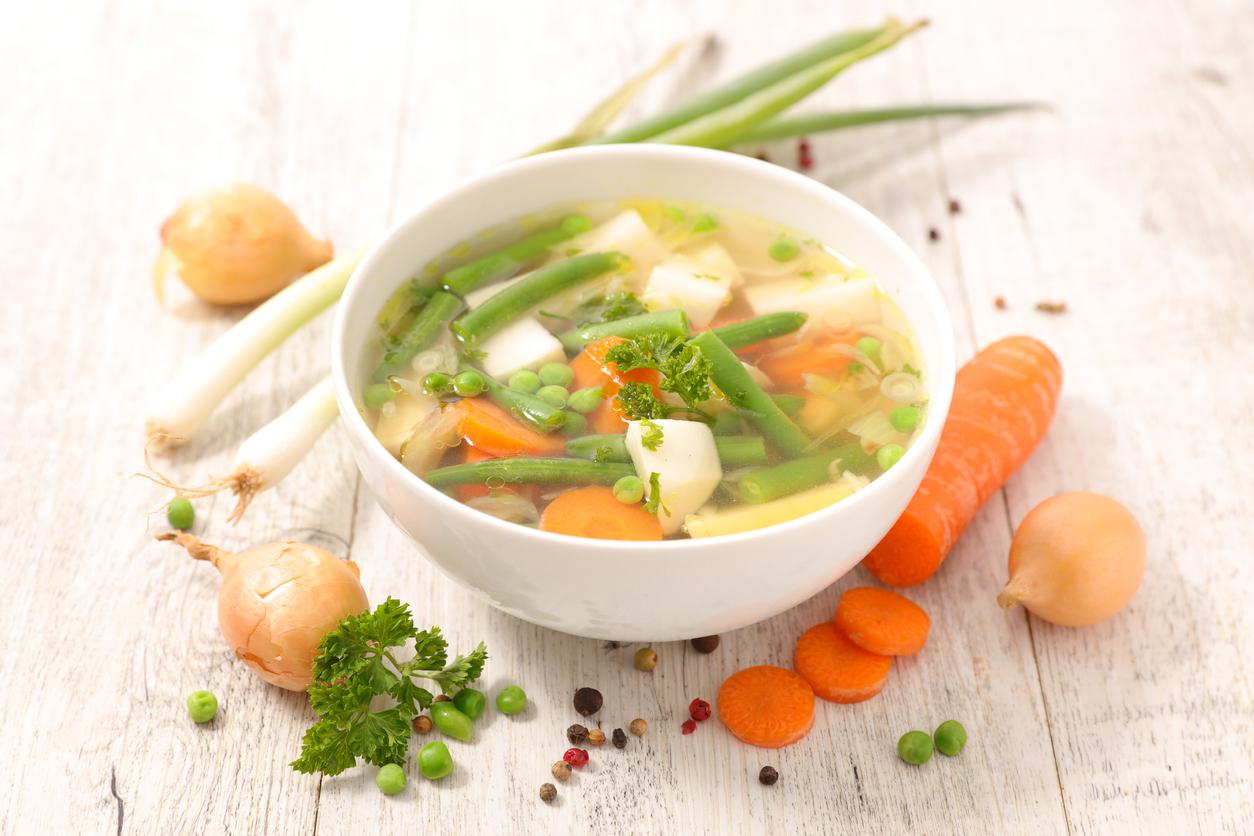 La sopa de verduras es uno de los pocos alimentos que puedes comer más de una porción, por eso es excelente para evitar atracones de comida chatarra.