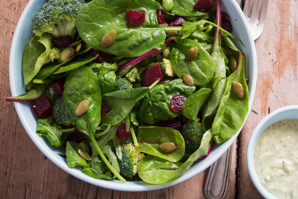 Las ensaladas pueden ser aburridas, pero no siempre debe ser así; elige las verduras de tu preferencia y agrega un delicioso aderezo, todo está en la variedad y creatividad.