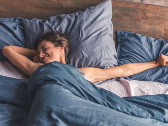 Evita dormir a toda costa con una almohada rígida