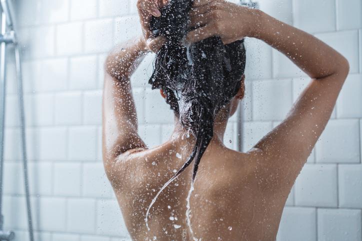 Utiliza shampoo y acondicionador con ingredientes naturales