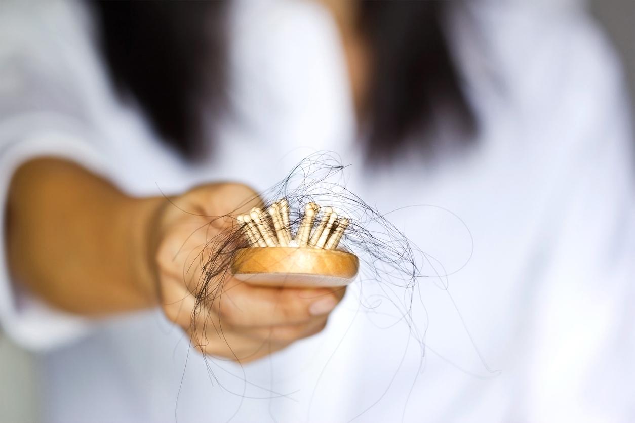 ¿Por qué se cae tanto el cabello durante la menopausia? Por lo regular, es una consecuencia de todos los desajustes hormonales a los que se enfrenta nuestro cuerpo en esta etapa