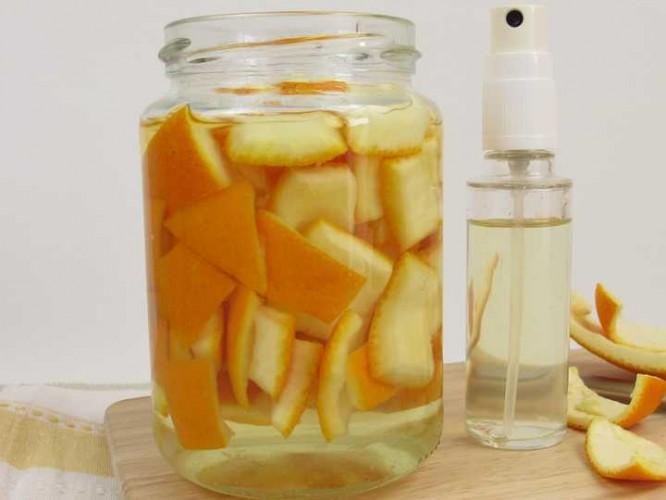 Mezcla de vinagre, agua y cáscara de naranja para eliminar malos olores