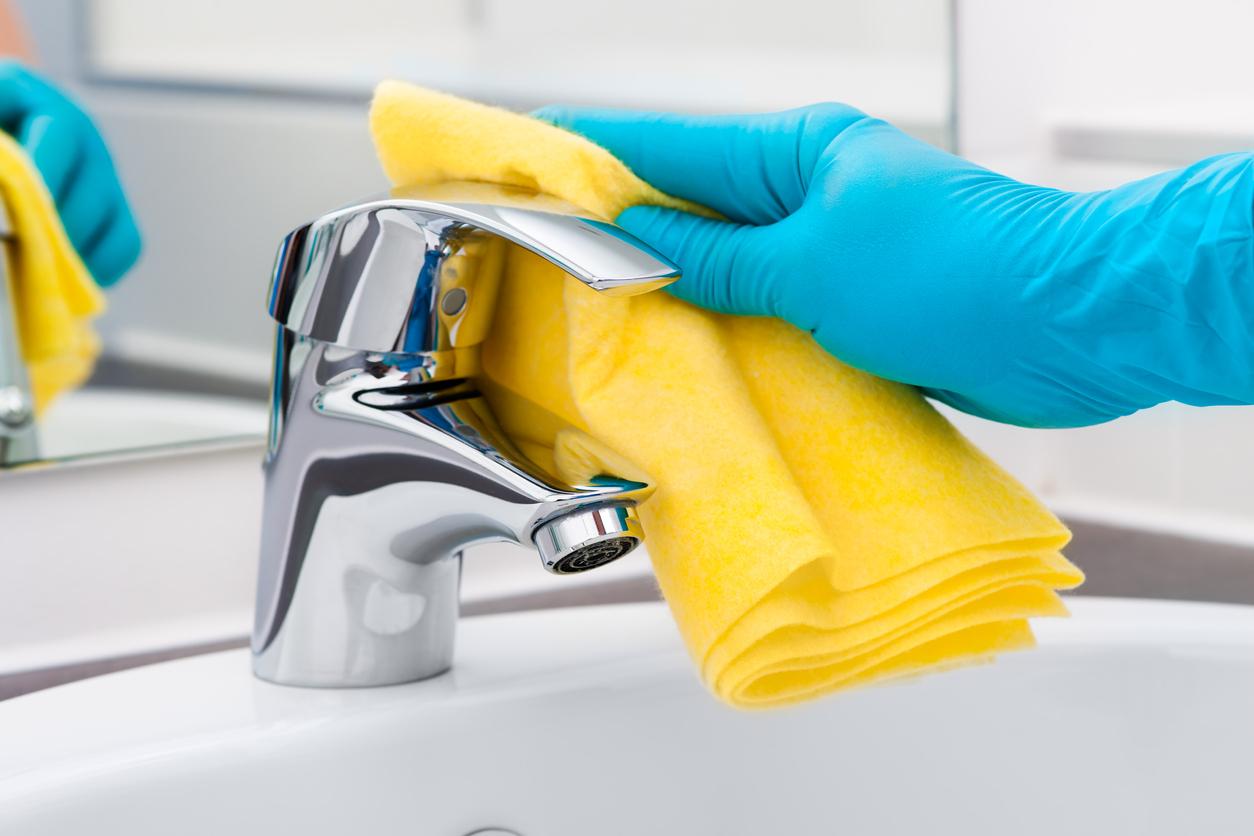 Vinagre blanco para limpiar y desinfectar el lavabo