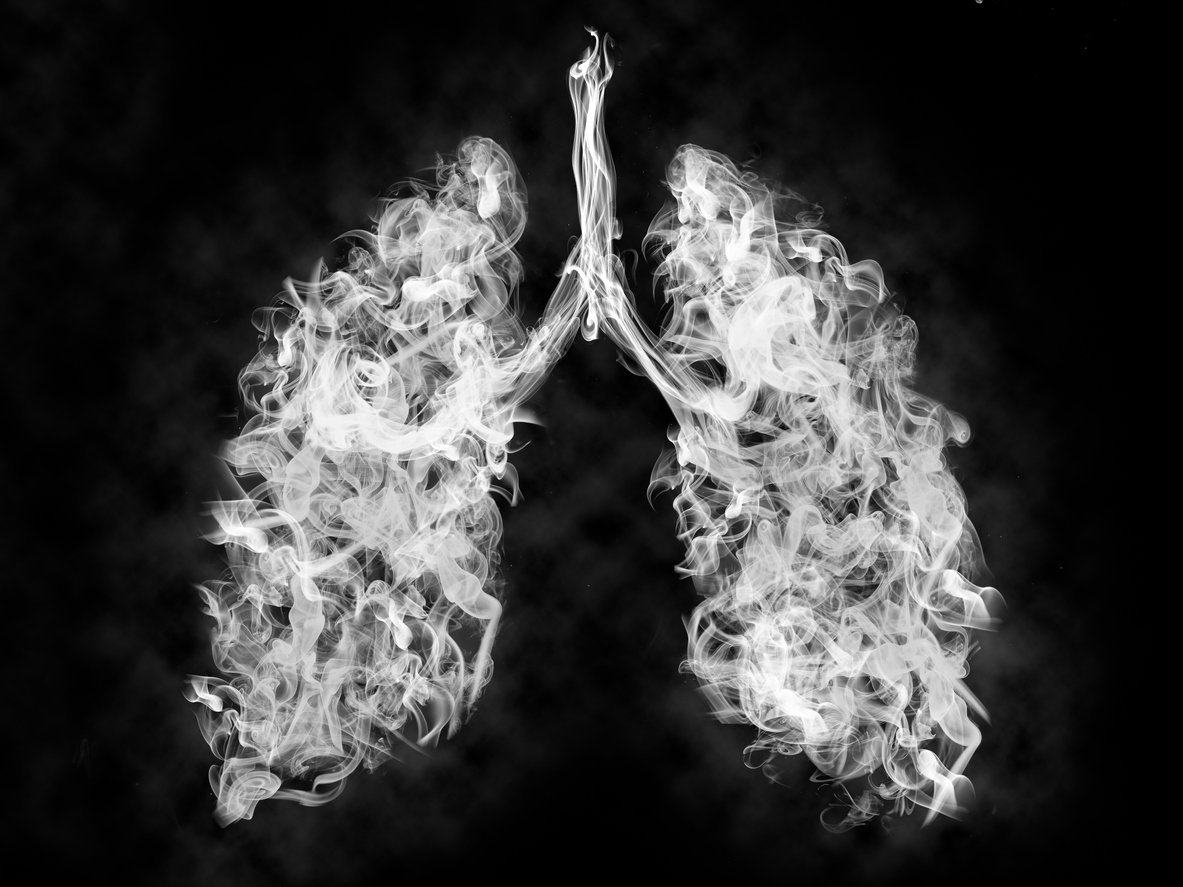 Pulmones formados con humo simbolizando el daño del vapeo