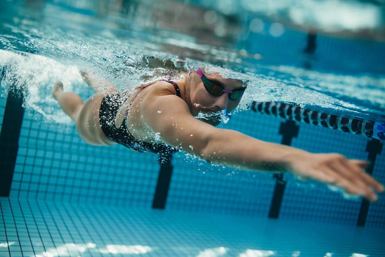 Mujer nadando, ejercicio que mejora la circulación del cuerpo