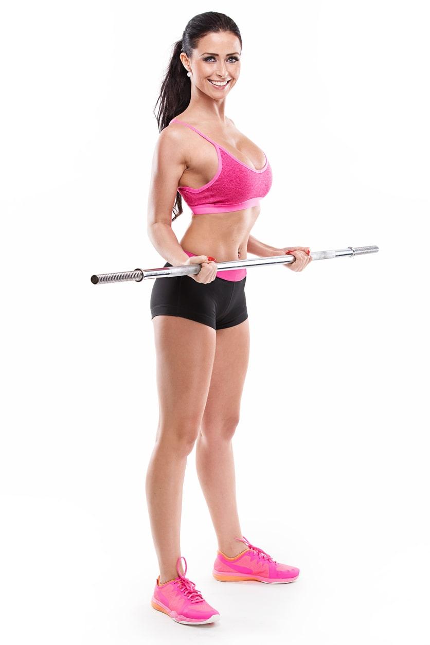 Mujer haciendo ejercicios con barra o palo de escoba para tonificar brazos