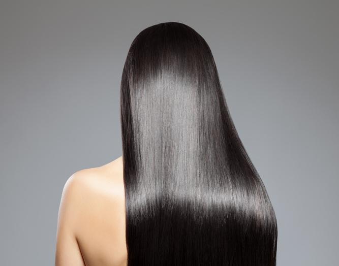 La cafeína para estimular el crecimiento del cabello ya que actúa directamente en los folículos.