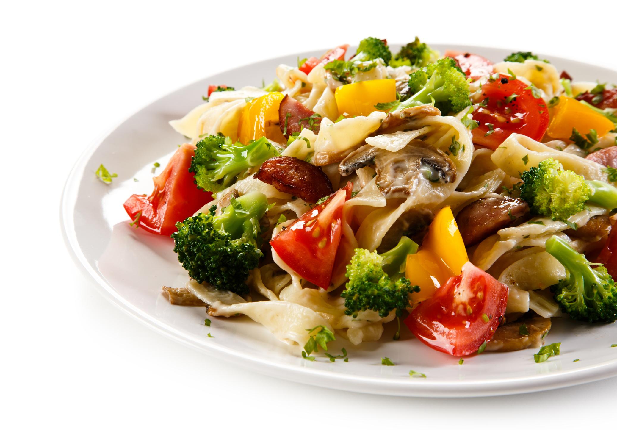 Las raciones también son muy importantes, una italiana promedio consume entre 80 y 100 gramos de pasta e incluye verduras