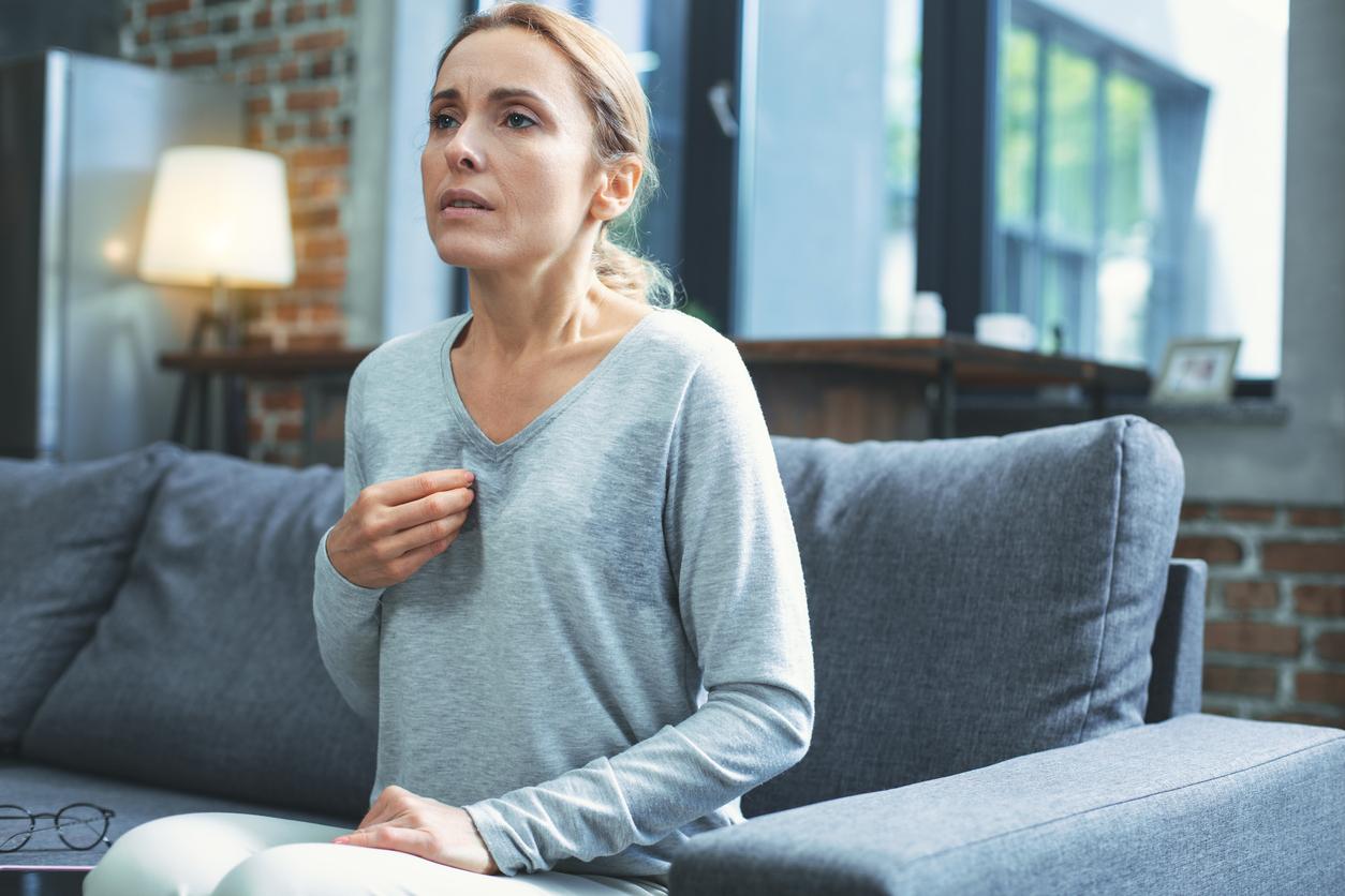 Alrededor del 80 % de las mujeres presentarán este síntoma, el calor repentino es causado por la reducción en la producción del estrógeno