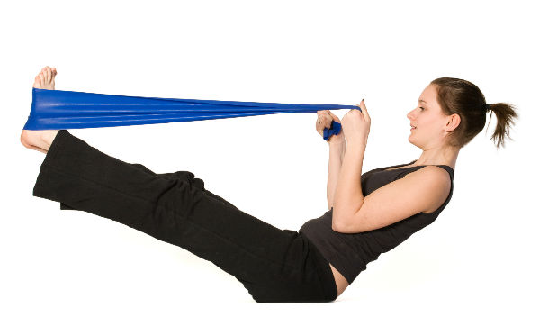 5 ejercicios quema grasa con banda elástica | Salud180