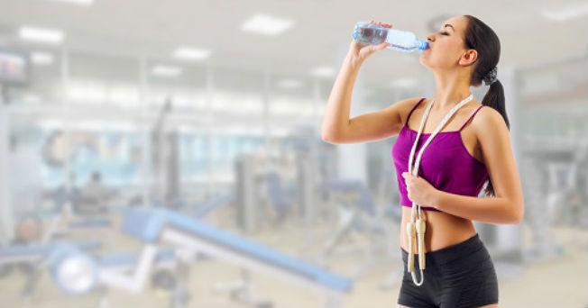 el agua potable ayuda a perder peso en el estómago