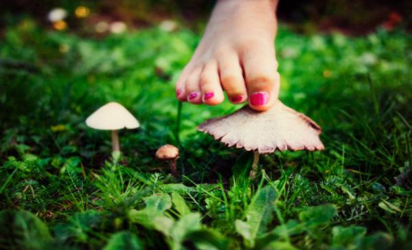 como eliminar hongos en los pies de manera natural