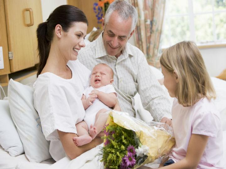 Lo que NO debes hacer cuando visitas a un recién nacido, ¡porque podrías afectar su salud!