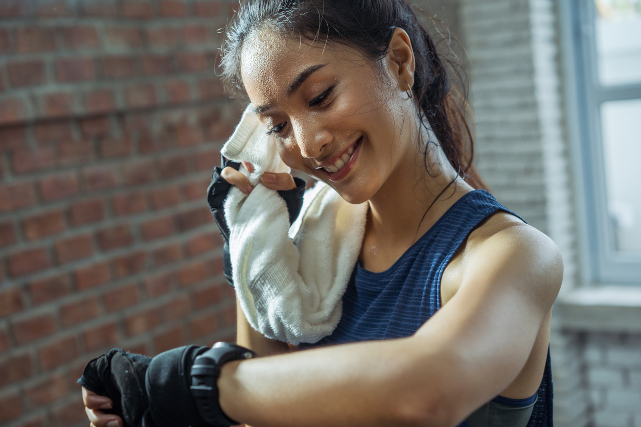 No hacer nada de ejercicio también perjudica tu piel, ya que, tu cuerpo almacena una gran cantidad de toxinas que aceleran el envejecimiento de la piel