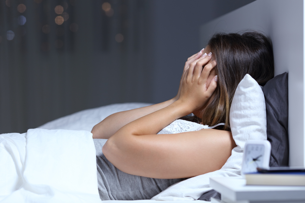 Aunque no lo creas, dormir menos de ocho horas al día no sólo afecta tu calidad de vida, también acelera el envejecimiento de la piel