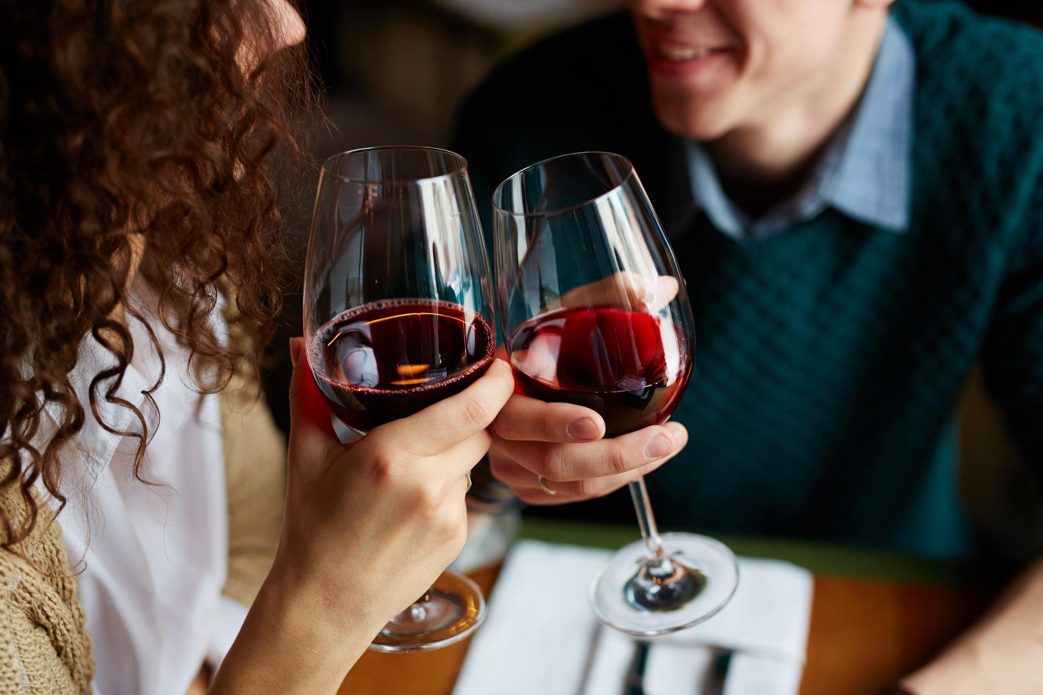 beneficios del vino tinto, cuánto vino se puede beber, propiedades del vino, el malo beber vino, beber vino diario el malo, desventajas del vino, qué es mejor vino tinto o blanco, muerte prematura, tipos de cáncer, colesterol, presión arteria, alcohol