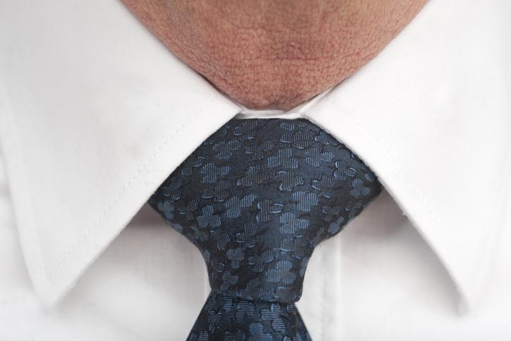 Ten cuidado cómo aprietas el nudo de la corbata, ¡podría darte una mala sorpresa!