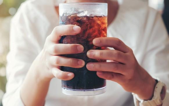Beber refresco de cola podría causarte hasta descalcificación o Alzheimer