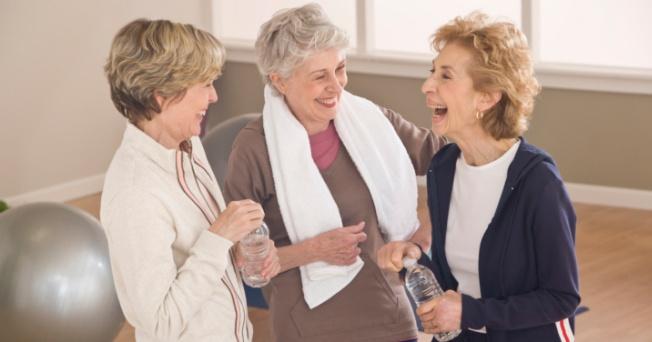 Rutina de ejercicios breves para adultos mayores en casa