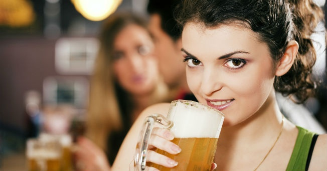Resultado de imagen para mujer bebe cerveza