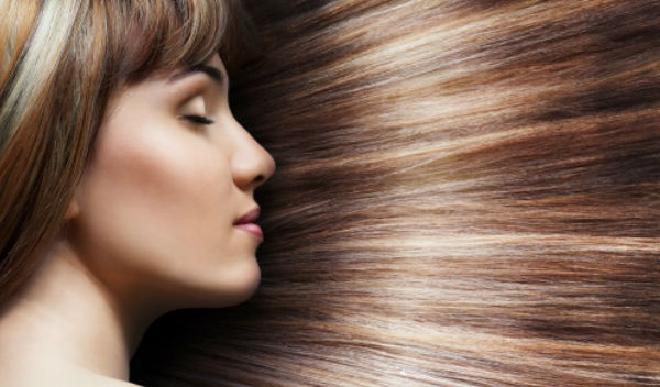 La inflamación de las raíces de los cabello sobre la cabeza caen