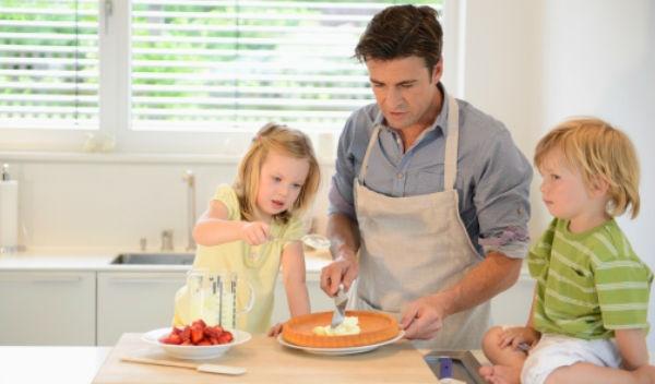 Por qu los pap s deben hacer m s labores dom sticas cuando tienen hijas salud180 - El hombre que cambio su casa por un tulipan ...