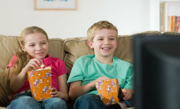 Da os por ver la television ni os salud180 for Sillas para ver television