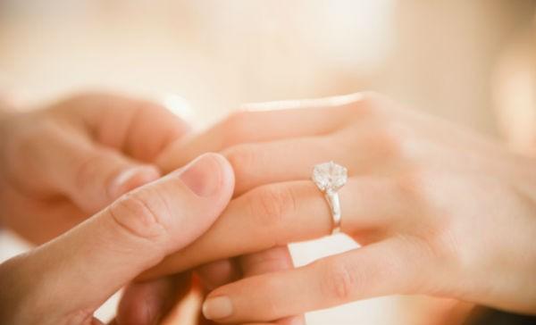 296224d3ed0c Por qué el anillo de compromiso va en ese dedo