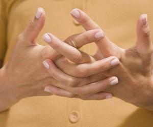 """¿Qué hay detrás de """"tronarse"""" los dedos?"""