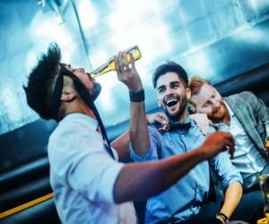 El alcohol puede hacer que hombres se sientan atraídos entre ellos, ¡afirma estudio!