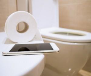 Razones para nunca llevar el celular al baño, ¡podrías poner en riesgo tu vida!