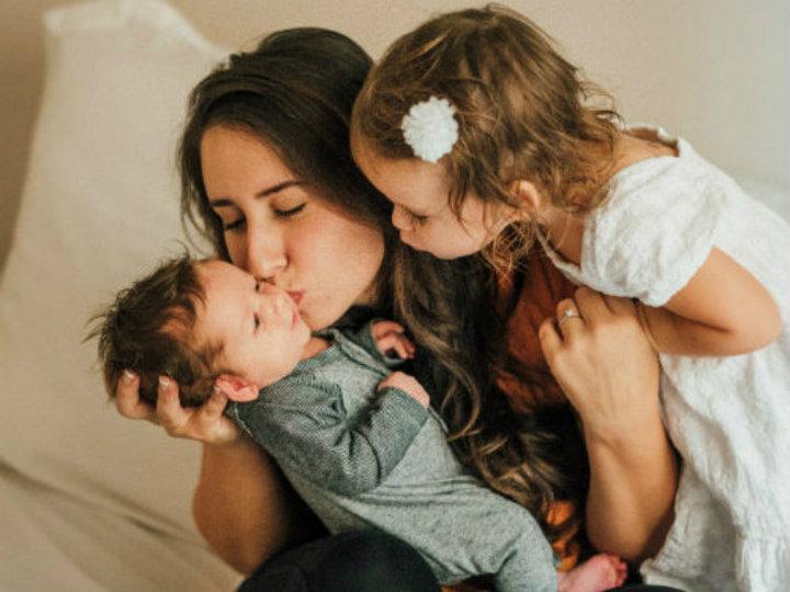Este es el sueldo que deberían ganar las madres que se quedan en casa a cuidar a sus hijos, ¡tiene varios ceros!