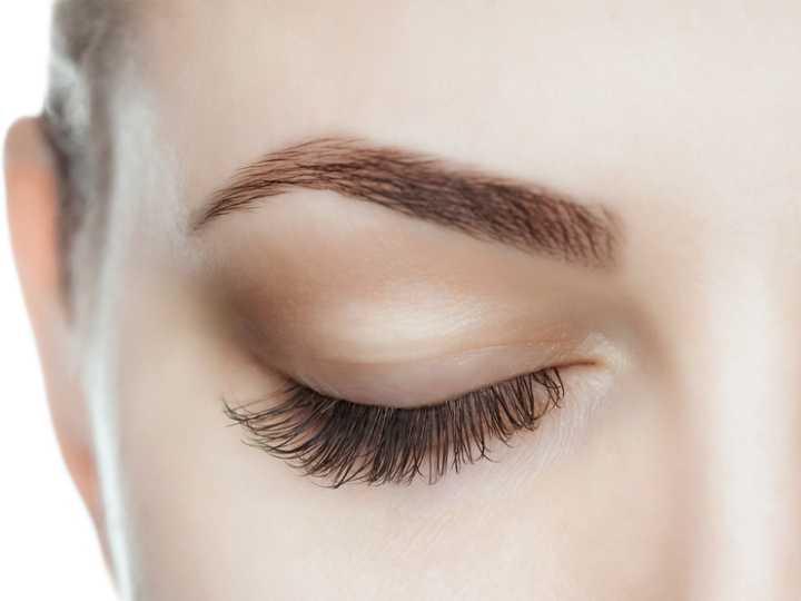 Mujer mostrando unas cejas naturales, tendencia para el 2021